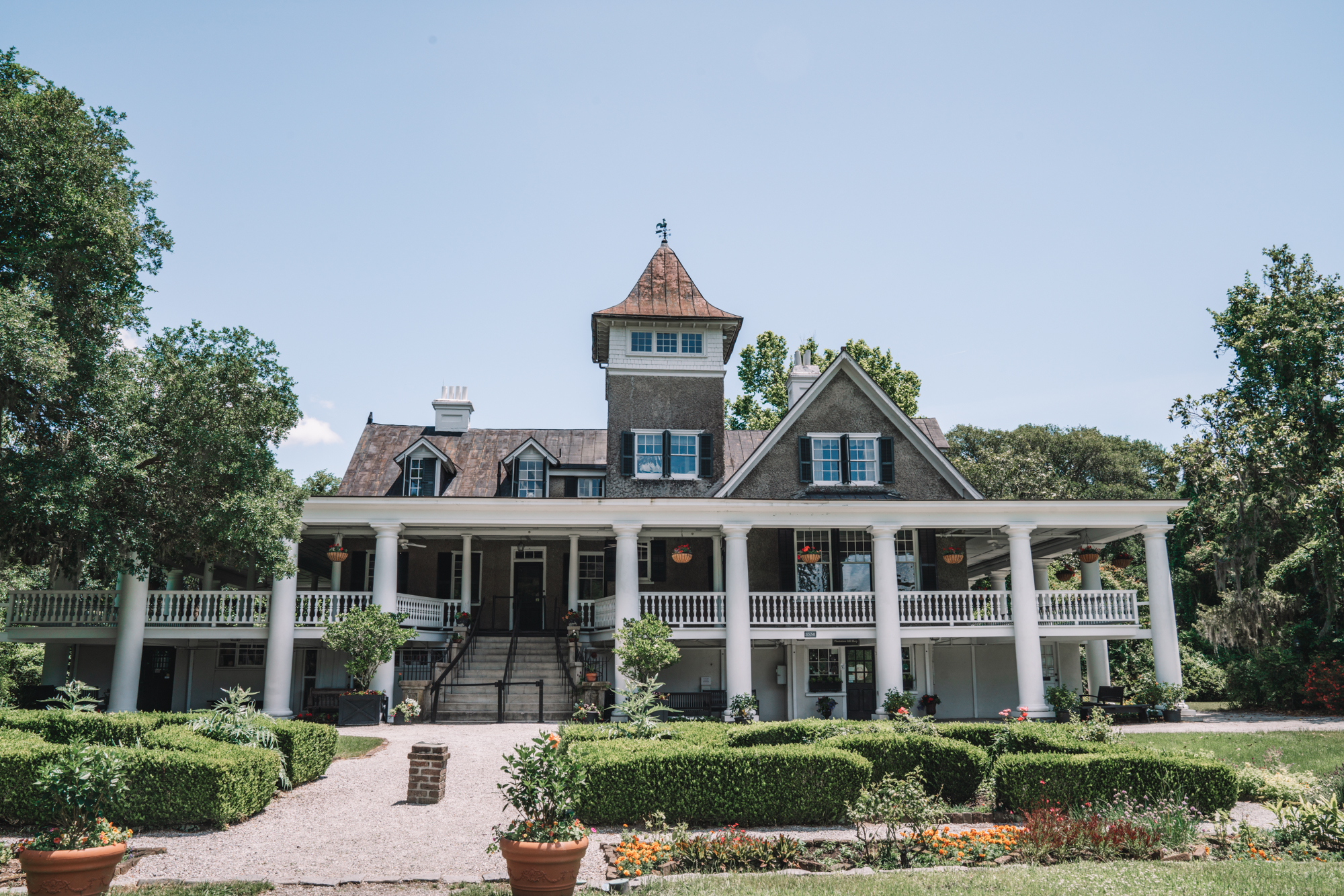 Things to do in Charleston sc with kids - a scene of the plantation house at the Magnolia Plantation.